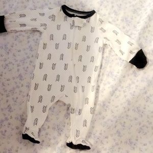 2 NB Outfits and 2 0-3 months pair of pants